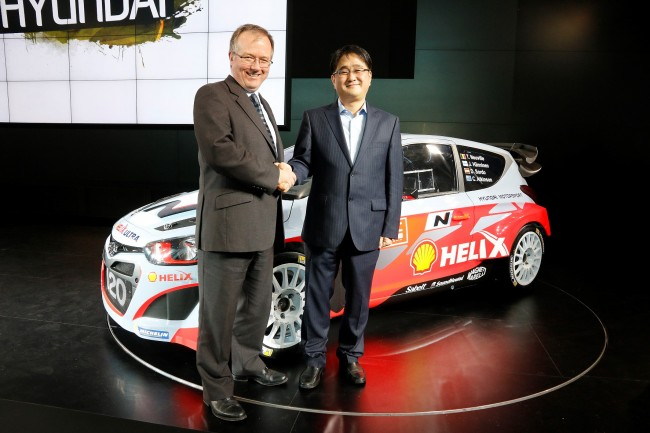 (L-R) Colin Abraham, Shell Vice President Marketing (Fuels and Lubricants) with G.H. Choi, President of Hyundai Motorsport GmbH