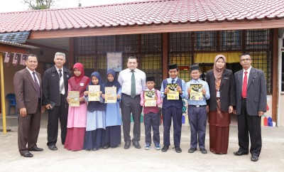 With the students of SK Betong. L to R - En. Ismadi from Terengganu State Department